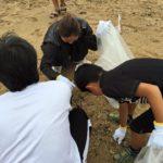 別府市のスパビーチが海開きとなるため、海岸海浜清掃奉仕活動にそろって参加しました。